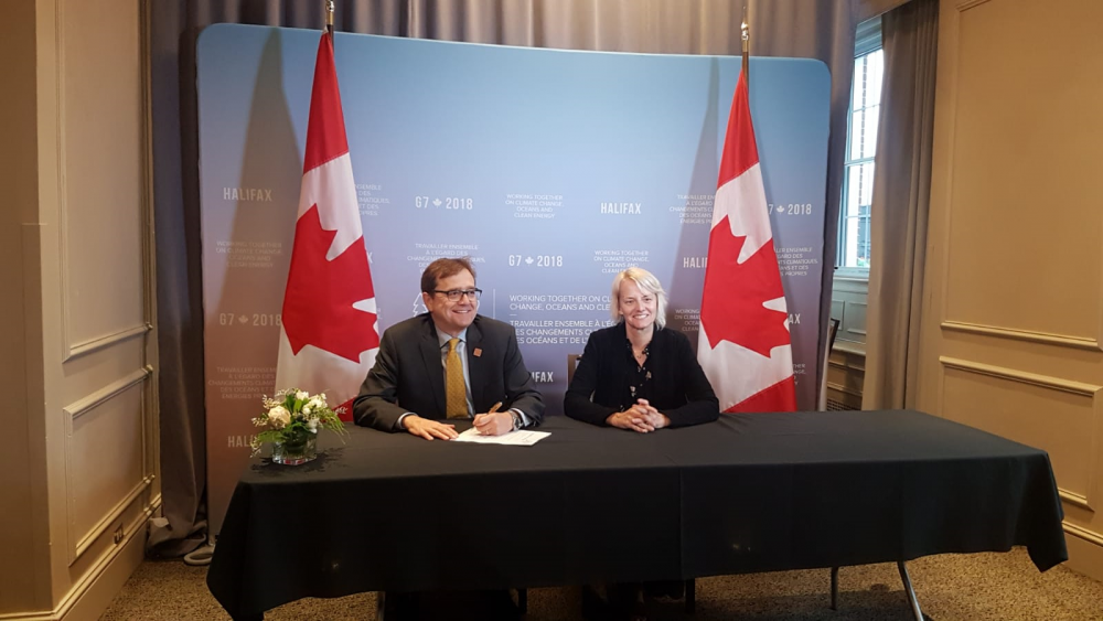 Lynn Kavanagh and Jonathan Wilkinson signing onto the GGGI at the 2018 G7.