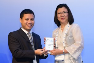Dr Noraine P. Medina receiving the Animal Welfare Award for Asia