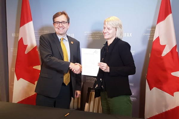 Jonathan Wilkinson, Minister of Fisheries, Oceans and the Canadian Coast Guard (left) and our Oceans Campaign Manager Lynn Kavanagh signing the Global Ghost Gear Initative statement of support.