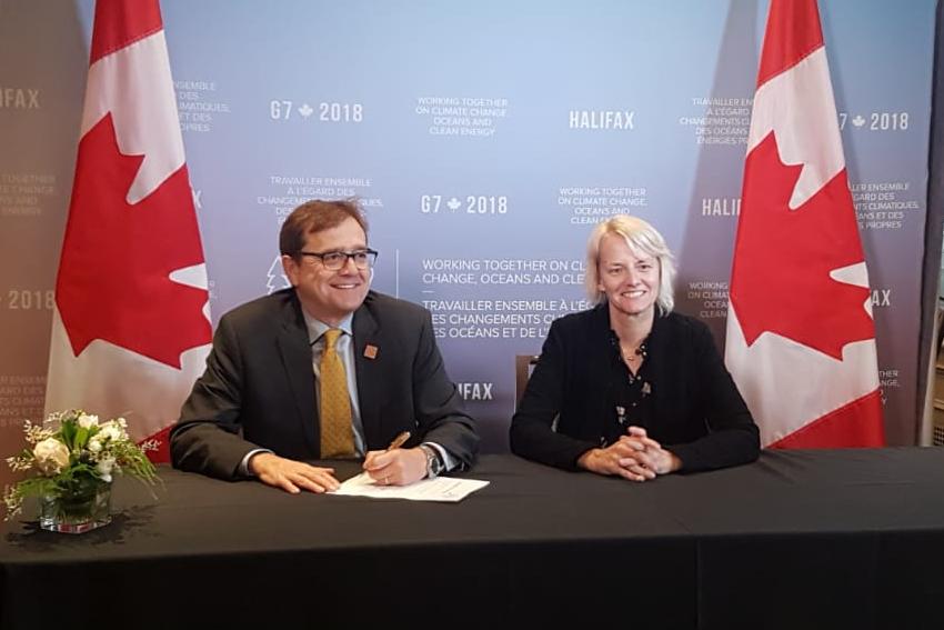 Lynn Kavanagh and Jonathan Wilkinson signing onto the GGGI at the 2018 G7.